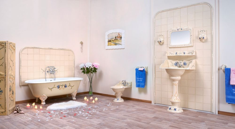 Collection Moustiers : baignoire, bidet, lavabo, miroir, luminaire, carrelage, porte-serviette