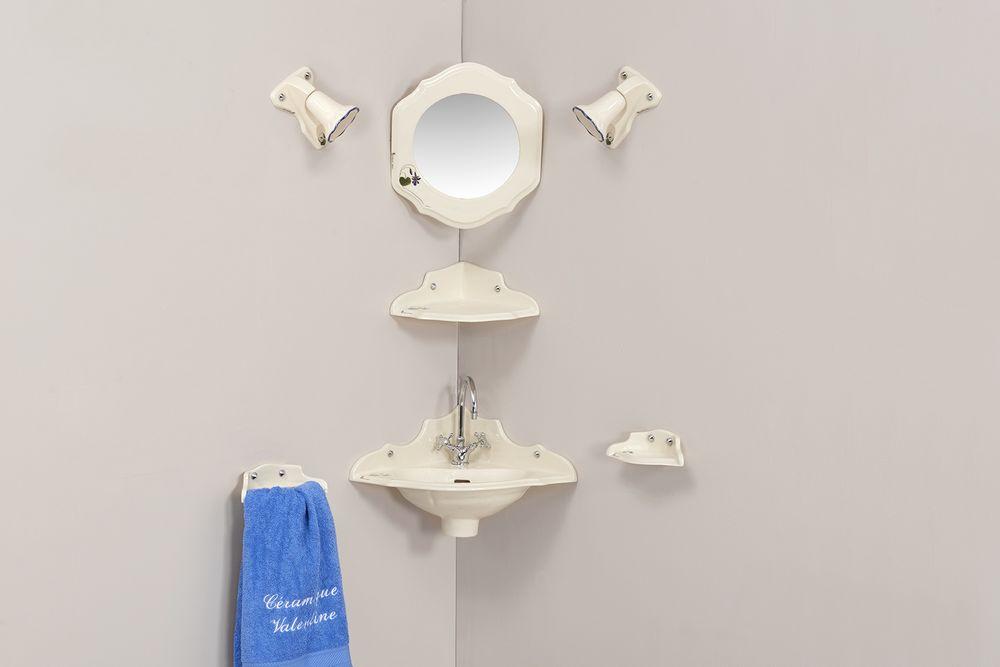 Lave mains Orage fleurs : porte-serviette, vasque, étagère d'angle, miroir, luminaire, porte-savon