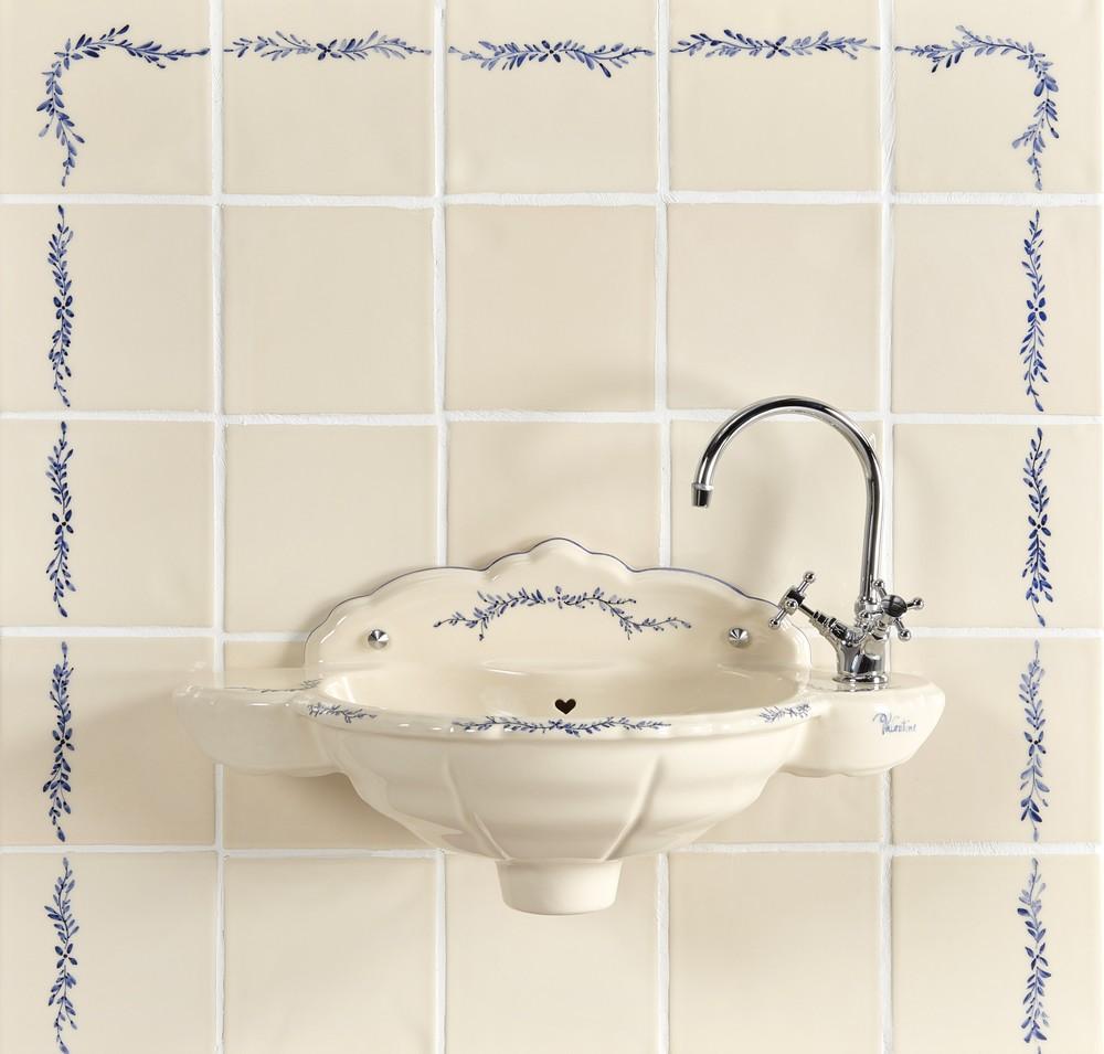 Lave mains Romance : vasque avec carrelage et frise